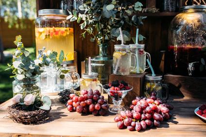 Des bonbonnes de jus de fruits frais